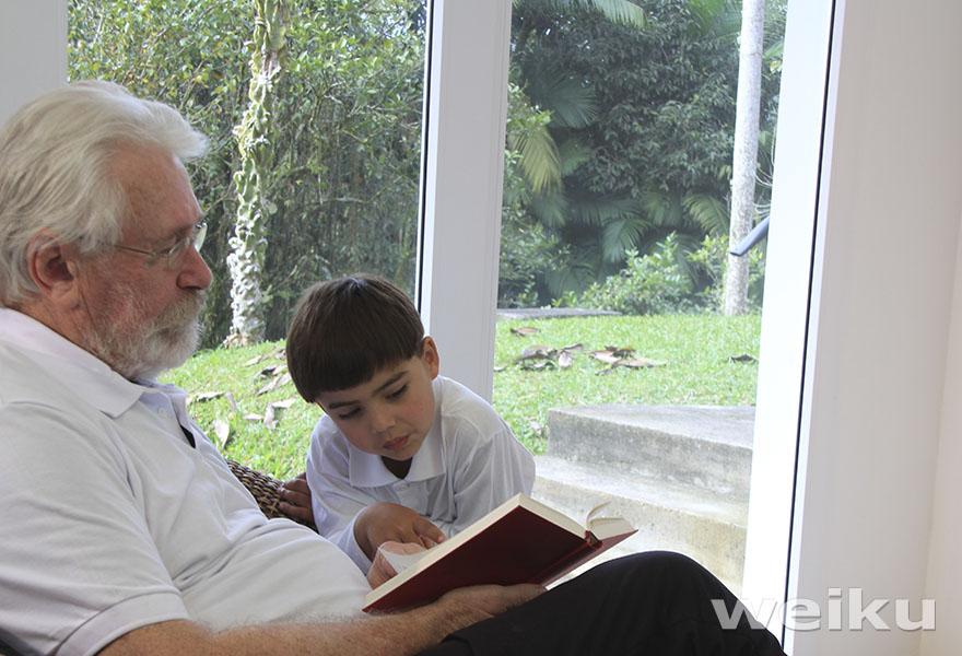lendo-criança-adulto-biblioteca-em-casa-janelas-portas-pvc